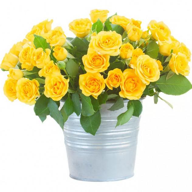 Букет из желтых кустовых роз в ведре